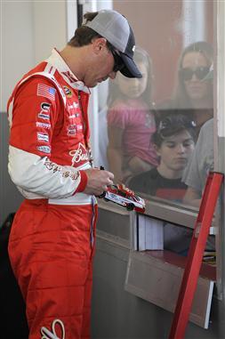 Kevin Harvick inks die cast at Daytona Testing