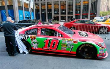 danica_patrick_breast_cancer_awareness_paint_scheme_nyc_100113_5